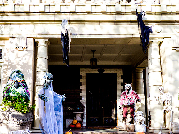 Mansion decorated for Halloween